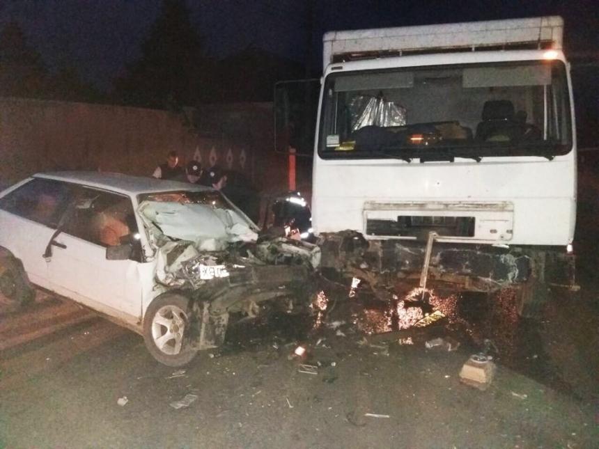 На Николаевщине лоб в лоб столкнулись «ВАЗ» и грузовик: водителя вырезали спасатели