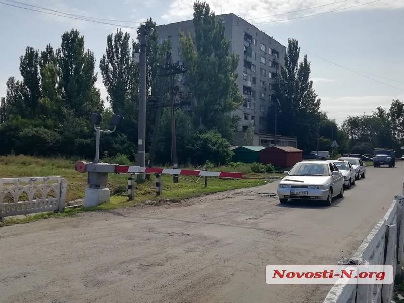 На железнодорожном переезде в Николаеве на автомобиль упал шлагбаум