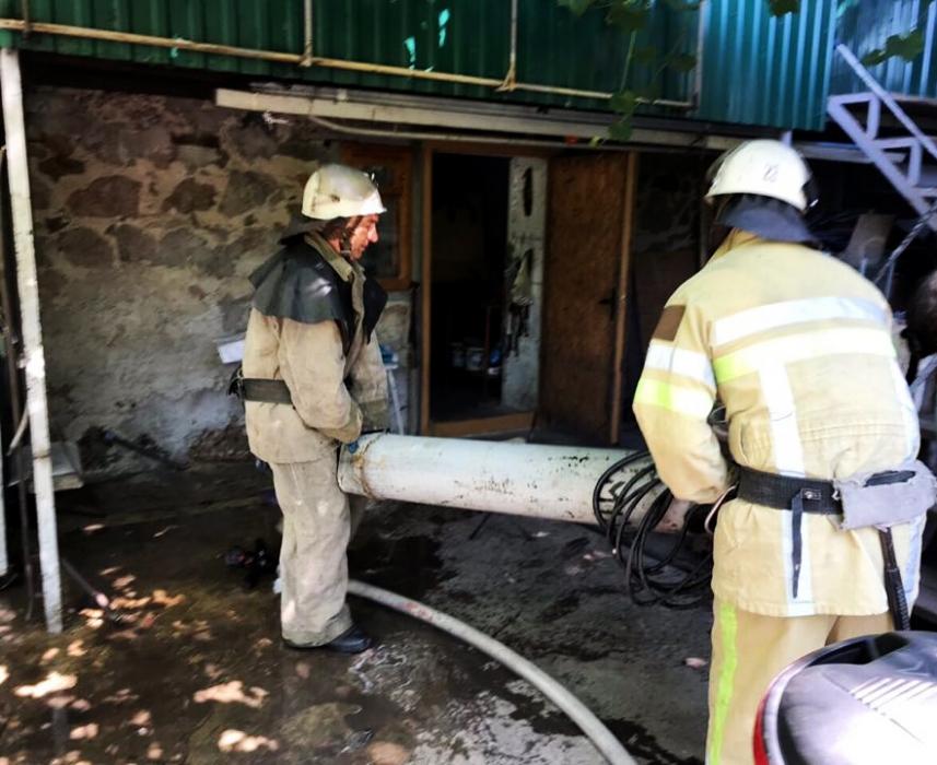 На Николаевщине горел гараж — от огня спасли машину