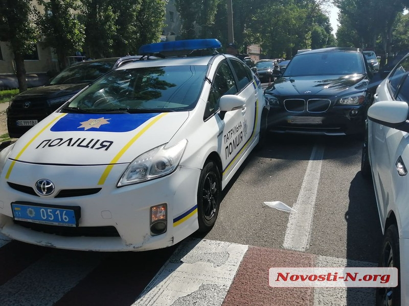 В центре Николаева девушка на «БМВ» врезалась в патрульный «Приус» и автомобиль «Киа»