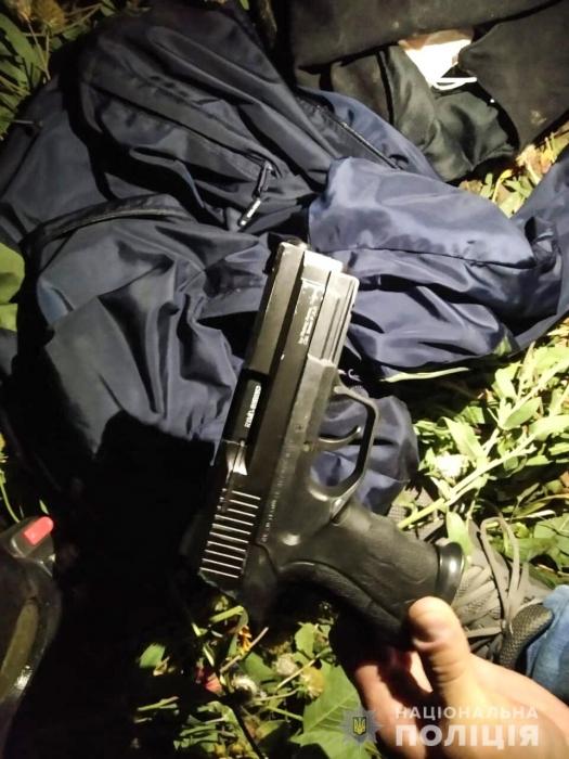 В Николаеве военнослужащий на мопеде, угрожая пистолетом, грабил женщин