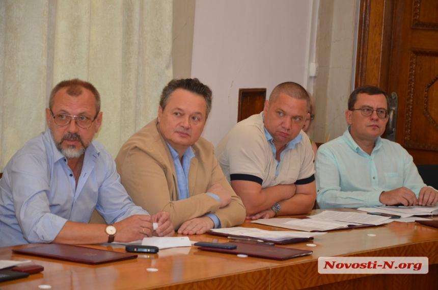 Слева - член исполкома Владимир Тимошин