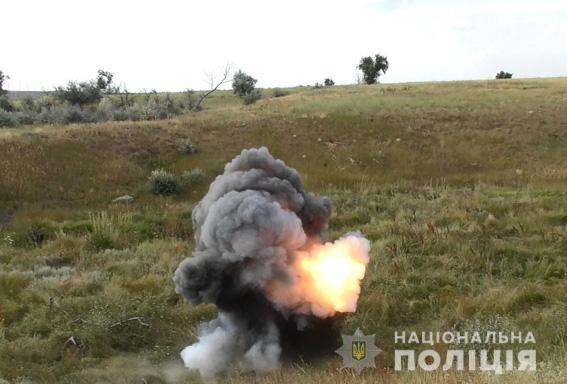 В Николаеве взрывотехники показали, как уничтожают изъятые гранаты и шашки. ВИДЕО