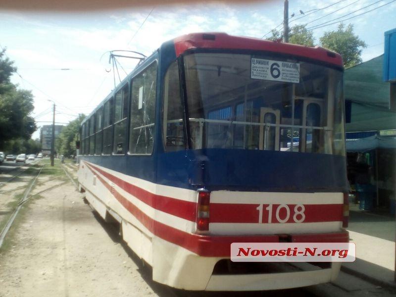 В Николаеве пассажир выпал из трамвая. ФОТО