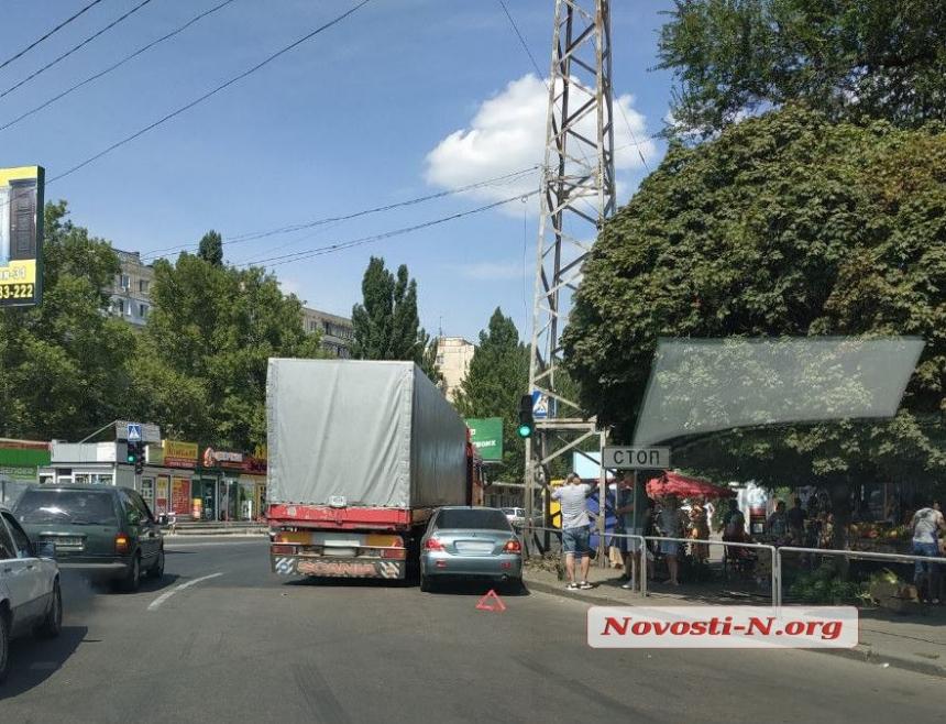 На площади Победы в Николаеве фура «притерла» «Мицубиси»