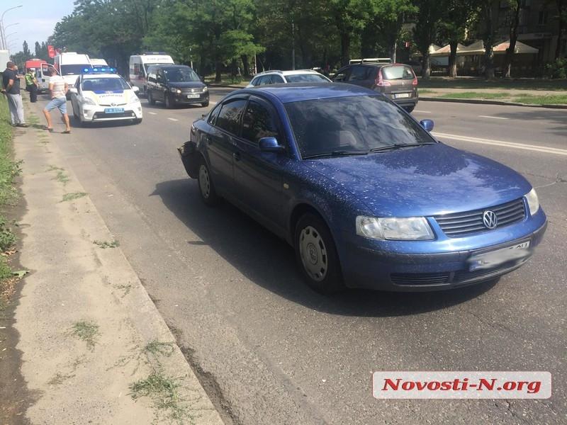 В Николаеве столкнулись микроавтобус и «Фольксваген»