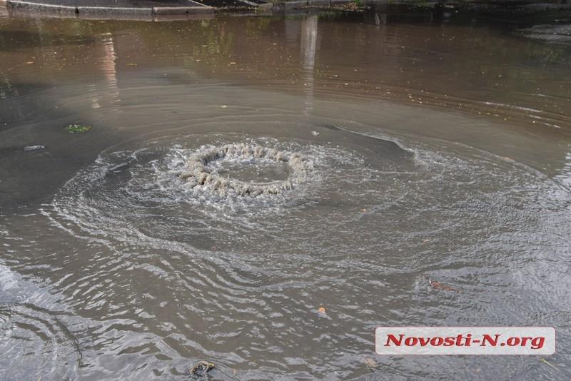 В центре Николаева после ливня забил фекальный гейзер. Видео