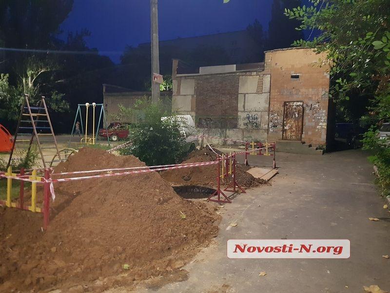 В Николаеве возле детской площадки начали стройку СТО — 5-метровую яму оставили открытой