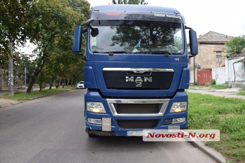 В Николаеве столкнулись люксовый «Лексус» и грузовик