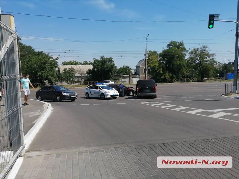 В Николаеве возле «Эпицентра» столкнулись «ЗАЗ» и «Хюндай»: образовалась пробка