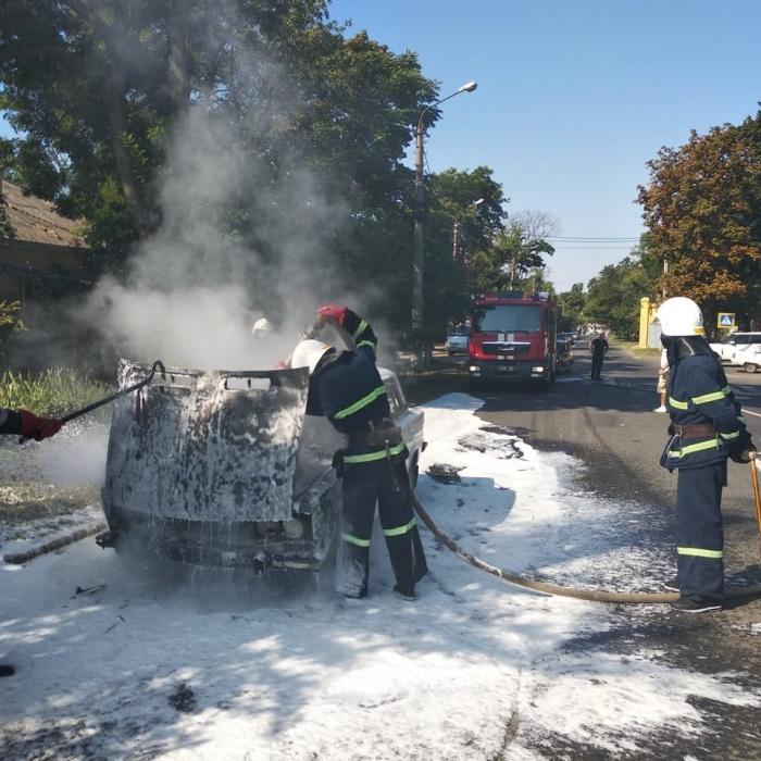 В Николаеве возле парка на ходу загорелись «Жигули»