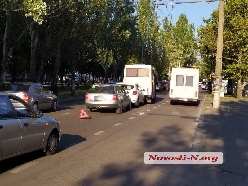 В центре Николаева столкнулись маршрутка и две легковушки — проезд по проспекту затруднен