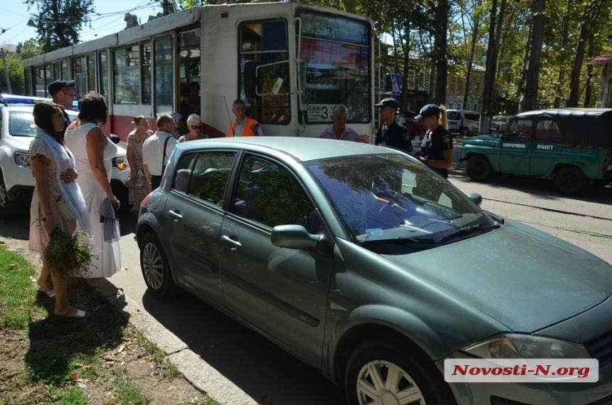 В центре Николаева «Рено» заблокировал движение трамвая — пришлось выз