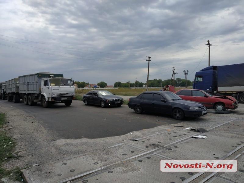 Под Николаевом из-за разбитого переезда столкнулись три автомобиля