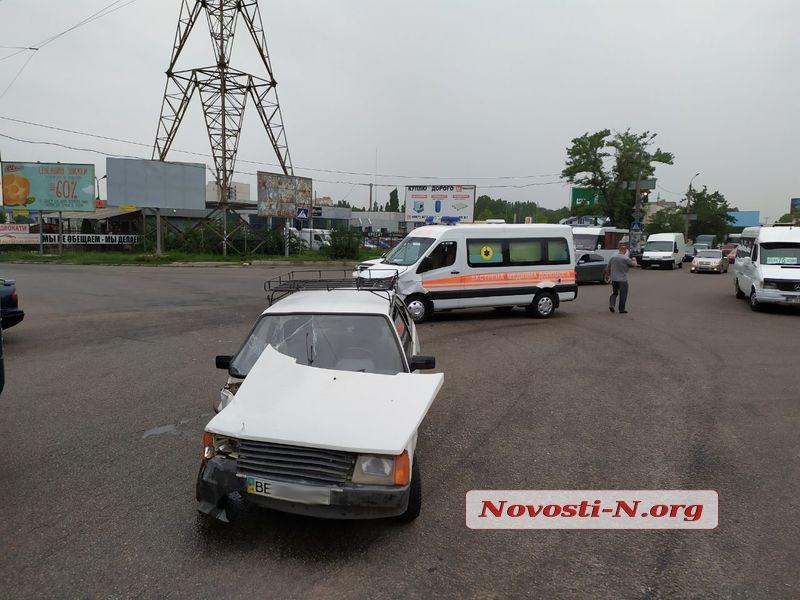 В Николаеве столкнулись «Таврия» и «скорая»: пострадали врач и двое детей
