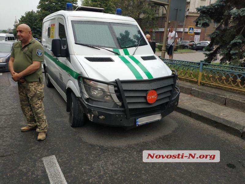 ДТП в центре Николаева: «Опель» врезался в инкассаторский броневик, а затем — в «Шевроле»