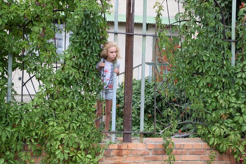 В Николаеве 10-летняя девочка застряла головой в заборе — ее вызволяли спасатели. ВИДЕО