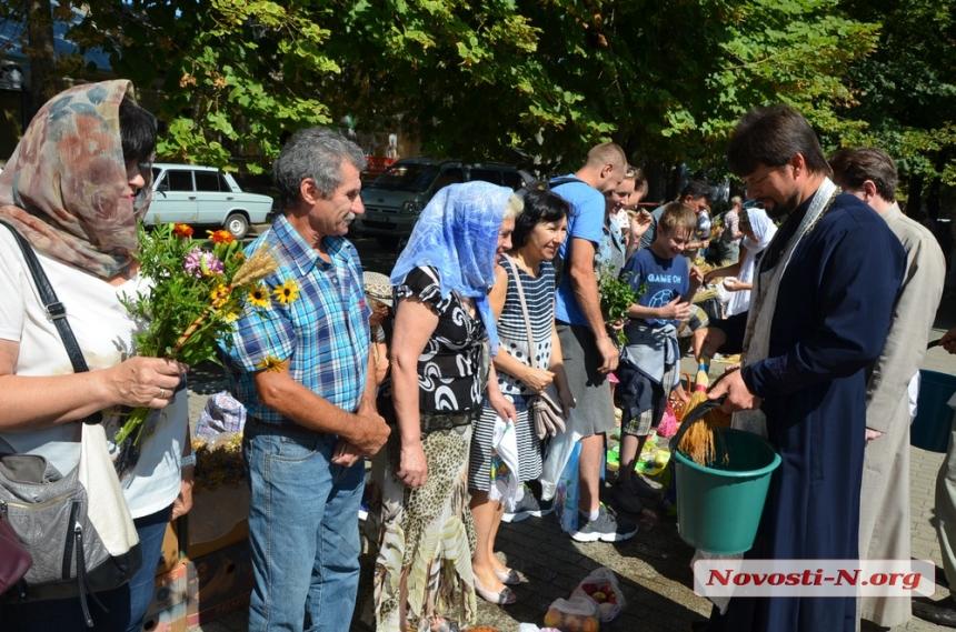 Преображение: николаевцы несут в церковь яблоки и мед