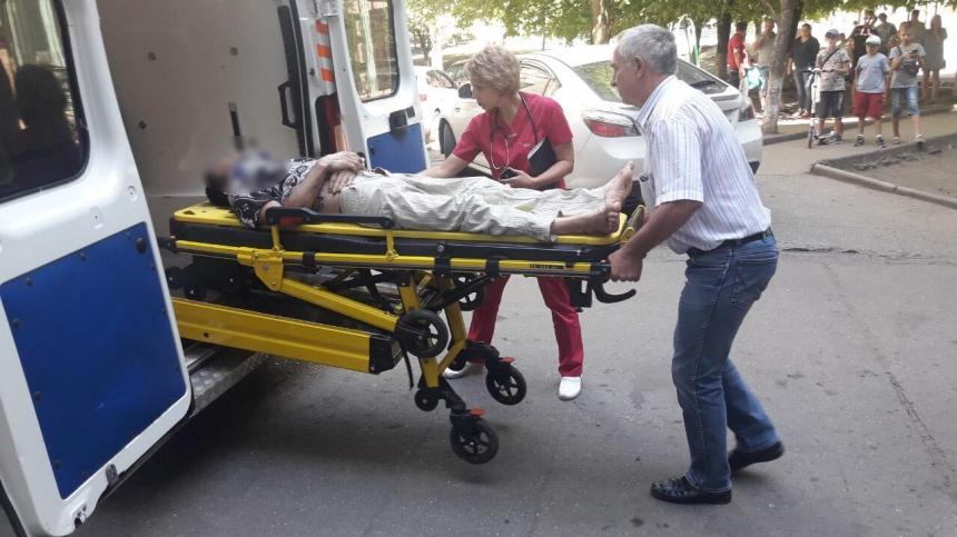 В Южноукраинске спасатели сняли с козырька подъезда мужчину, выпавшего из окна многоэтажки