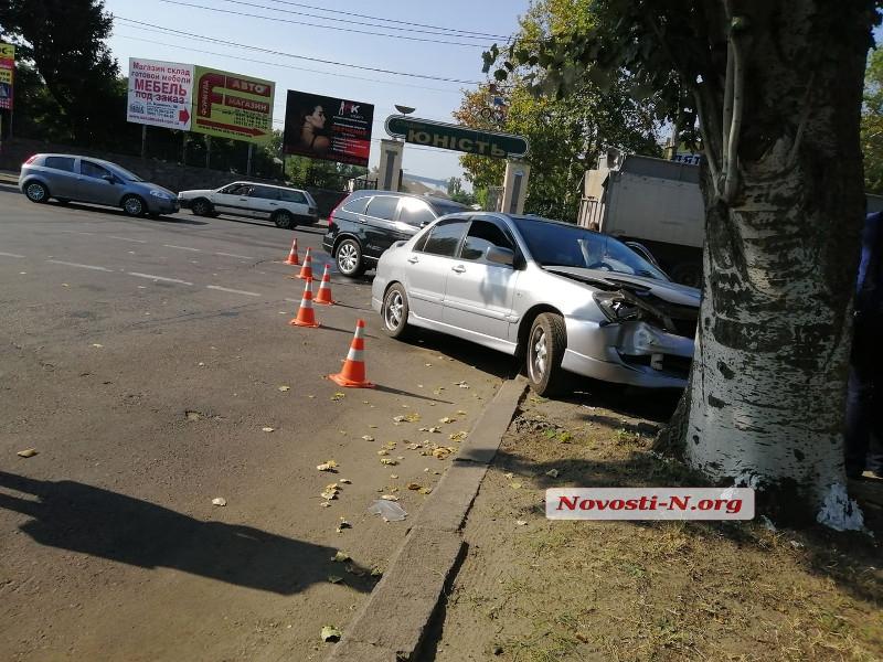 В центре Николаева Mitsubishi после столкновения с Honda «вылетел» с дороги
