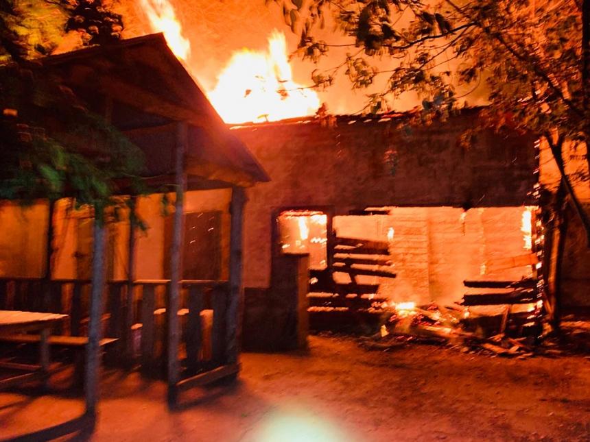 В Николаеве на ул. Спортивной сгорел нежилой дом
