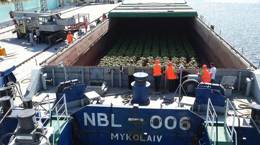 Николаевская баржа доставила по Днепру в Киев 400 тонн херсонских арбузов