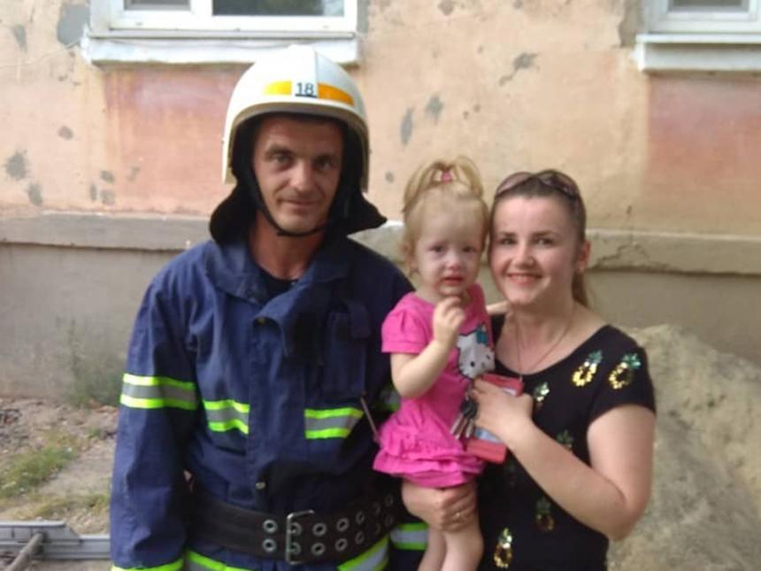 На Николаевщине спасатели открыли квартиру, где оказалась заперта двухлетняя девочка