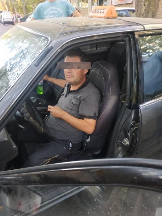 В Николаеве пьяный таксист заснул за рулем — пока ехала полиция, он пытался поесть кошачьего корма