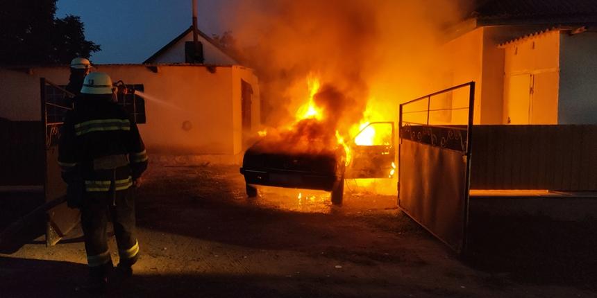 На Николаевщине во дворе частного дома сгорел Opel