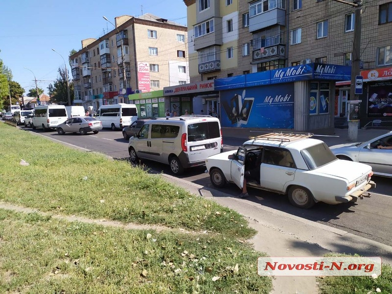 В центре Николаева «ВАЗ» врезался в «Фиат»