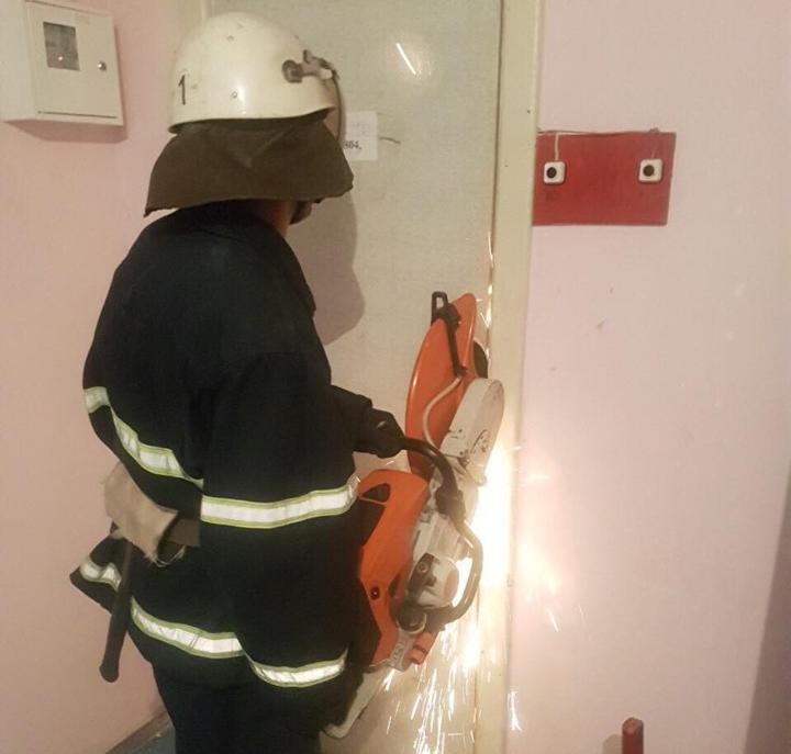 В Николаеве спасатели открыли двери общежития, где оказался заперт 4-летний ребенок
