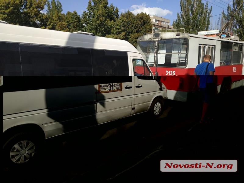 В центре Николаева маршрутка врезалась в троллейбус