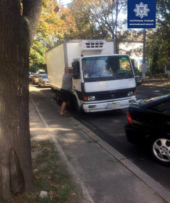 В Николаеве водитель пытался дать патрульным взятку 200 гривен: полицейские вызвали опергруппу
