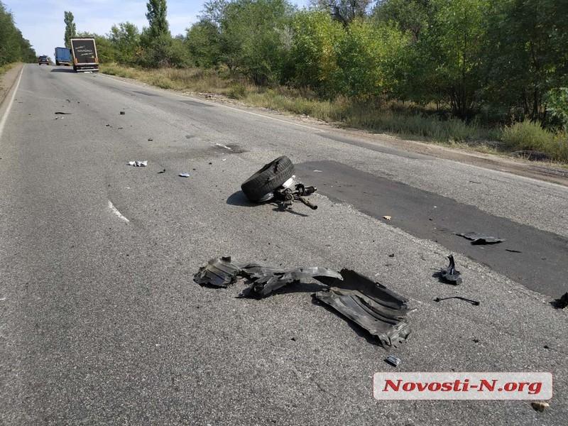 Под Вознесенском «Мазда» врезалась в «МАН»: пострадали два человка