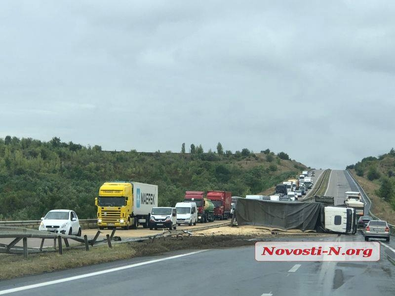 На границе Николаевской области перевернулся грузовик с зерном