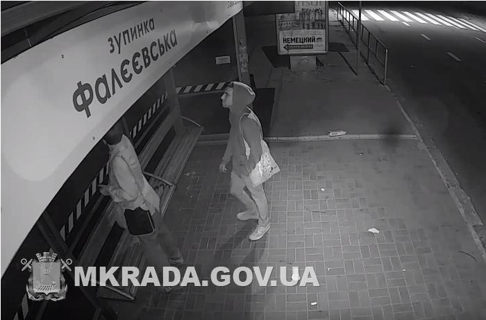 В Николаеве за вознаграждение разыскали хулиганов, изрисовавших новую остановку