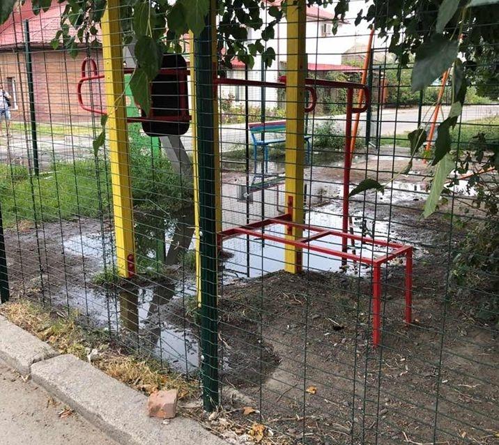 В Николаеве детскую площадку уже две недели заливает фекалиями