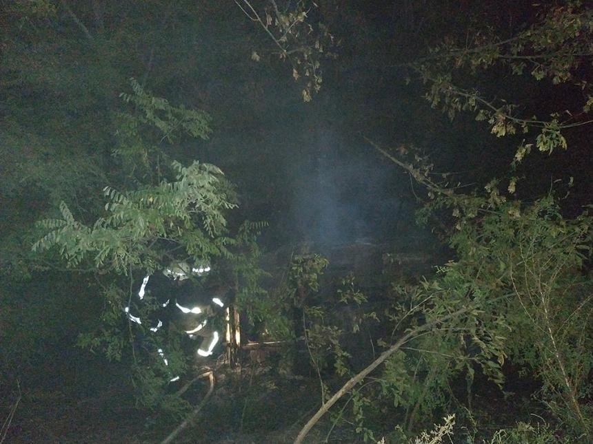 На Николаевщине автомобиль слетел с дороги и загорелся — тушили пожарные