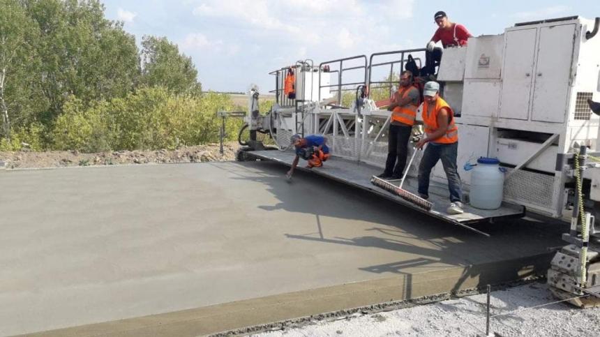 На Николаевщине укладывают бетонное покрытие на скандальной кировоградской трассе. ФОТО