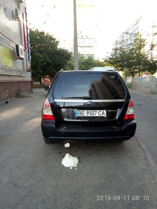 В Николаеве «Субару», припаркованному на тротуаре, задули выхлопную трубу монтажной пеной