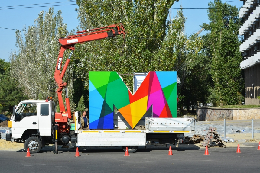 Трехметровые «МЫ»: в центре Николаева появился новый арт-объект