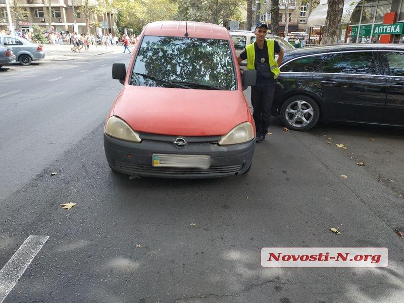 В центре Николаева красный «Опель» въехал в розовую «Ауди»