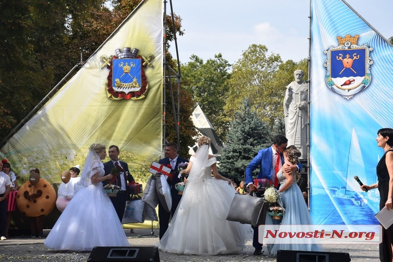 В Николаеве поздравили молодоженов, юбиляров и многодетные семьи