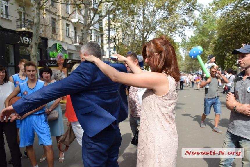 Как мэр Сенкевич в День города гулял по главной улице Николаева. ФОТОРЕПОРТАЖ