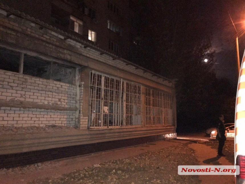 В Николаеве жена отказалась пустить пьяного мужа домой: он полез через балкон и сорвался