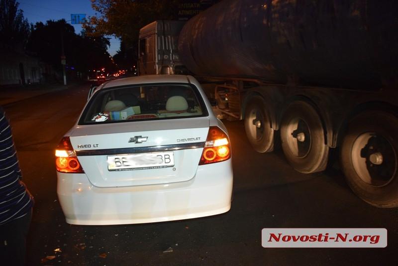 В центре Николаева грузовик «Мерседес» врезался в «Шевроле» — на Никольской пробка