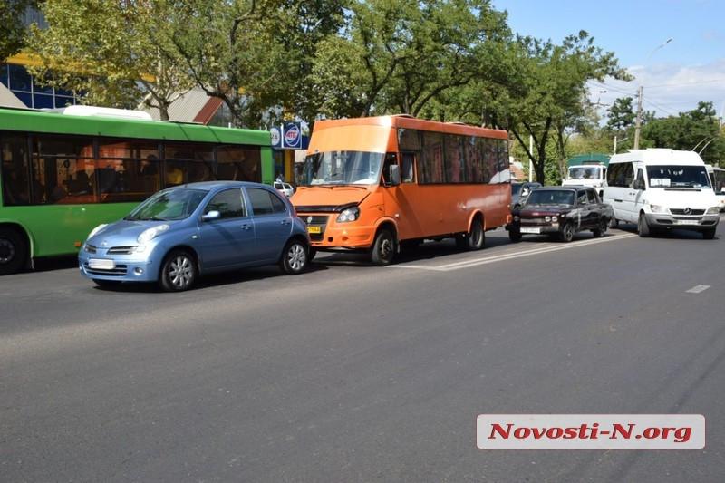 В Николаеве у зоопарка столкнулись «Ниссан» и маршрутка: образовалась пробка