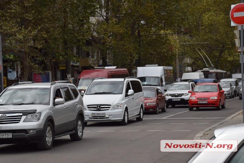 В центре Николаева «Тойота» протаранила «Фольксваген»,  проскакивающий на красный