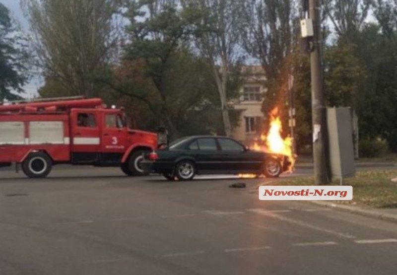 Появилось видео, как в Николаеве тушили загоревшийся на ходу «БМВ»