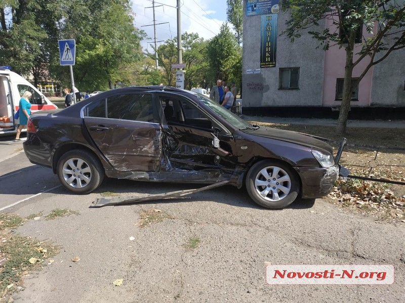 На перекрестке в Николаеве столкнулись три автомобиля: пострадал водитель